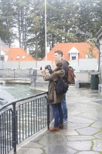 Kristian og Marija ser på pingvinene